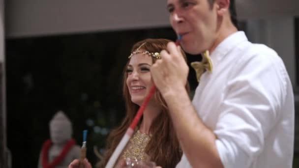 Mann und Frau auf der Party, Spaß und Wasserpfeife rauchen. Hochzeit, Geburtstag oder Jubiläum zu feiern. Veranstaltung in einem luxuriösen tropischen Villa im Urlaub