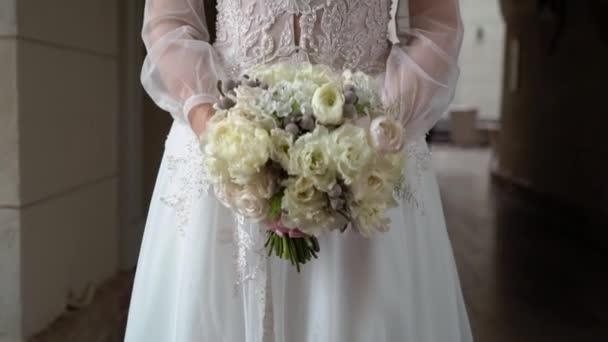 menyasszony esküvői csokorral