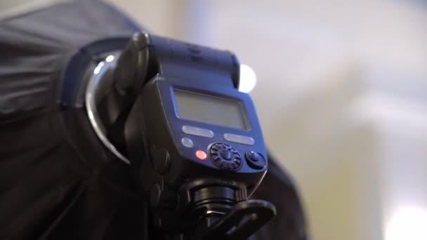 Torcia con softbox. Riprese fotografiche professionali in interni. Fotografo sta scattando foto con una fotocamera digitale DSLR.