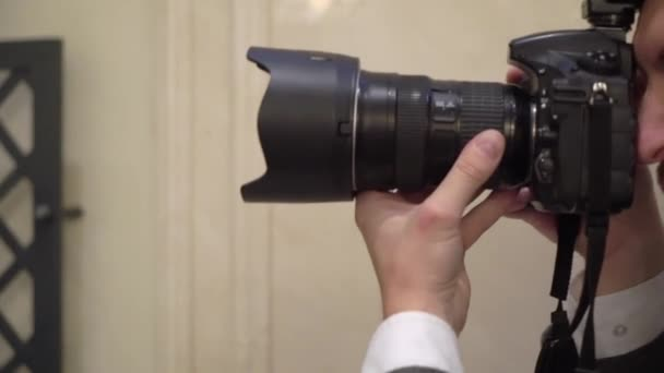 Riprese fotografiche professionali in interni. Fotografo sta scattando foto con una fotocamera digitale DSLR.