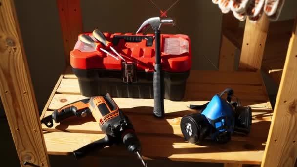 Pracovní nářadí - elektrické vrtačky, kladiva, ochranné masky, box s nástroji a šroubovák