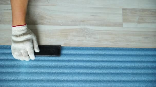 Stavitel renovuje byt. Oprava bytu, pokládka laminátové podlahy. Stavba