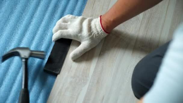 Tvůrce rekonstrukci bytu. Oprava bytu, pokládka laminátové podlahy. Stavebnictví