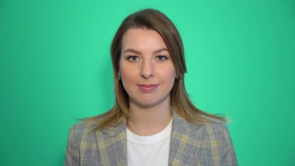 Ticho, prosím zblízka portrét mladé ženy drží její ukazováček na rty ticho ticho známek, stojící nad zeleným pozadím