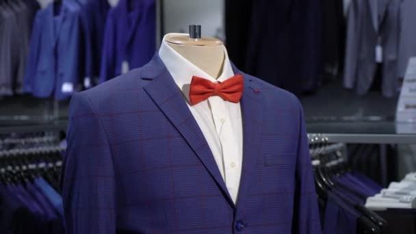 Luxusní muži módní oblek na figuríně