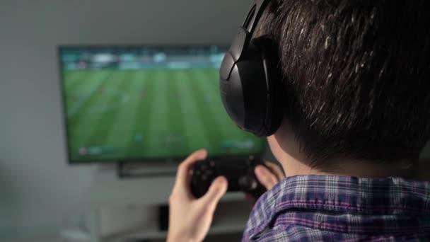Ember játszik a joystick-on egy játék konzol