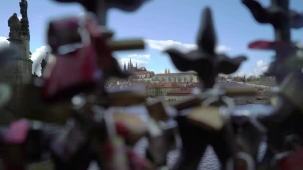 Praha, ÄŚeskĂ  březen 26, 2019: zámecký zámek visí na mostě v Praze