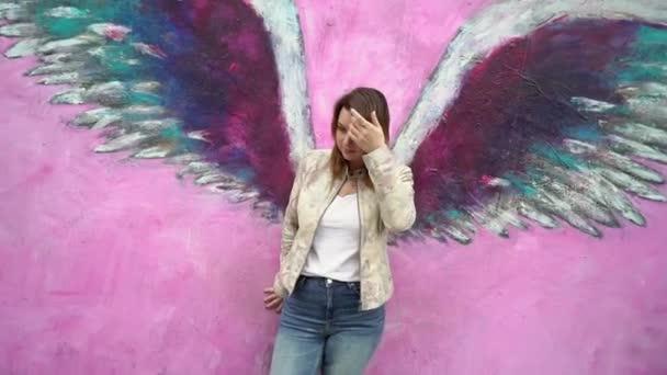 Los Angeles, Amerikai Egyesült Államok-május 9, 2019: lány angyal szárnyakkal