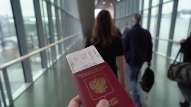 Genç çift havaalanına gidiyor.