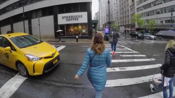 New York, USA-Květen 5, 2019: mladá žena, která chodí na Manhattan v dešti