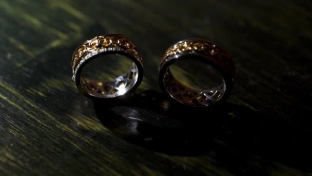 pár snubních prstenů