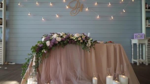 svatební stůl zdobený květinami