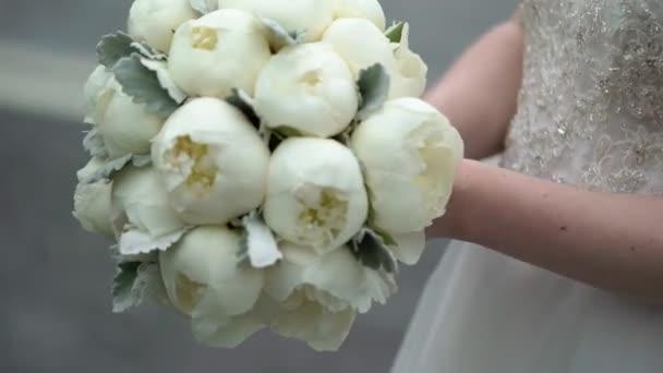 Braut mit Strauß von Pfingstrosen