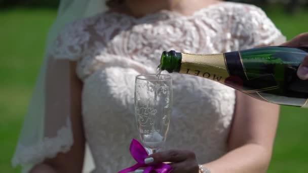 saint-petersburg, russland - 8. juni 2019: frischvermählte gläser mit champagner im park