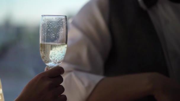 junges Paar klappert Gläser mit Champagner