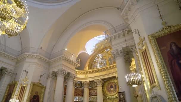 Saint-Petrohrad, Rusko-23. červen 2019: strop a lustr v katedrále