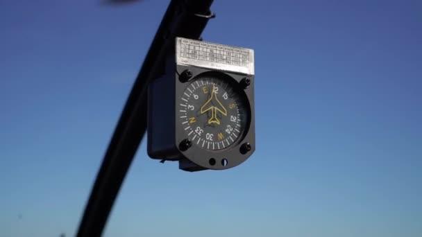 Kompass in fliegenden Hubschraubern. Armaturenbrett-Ansicht des Copiloten