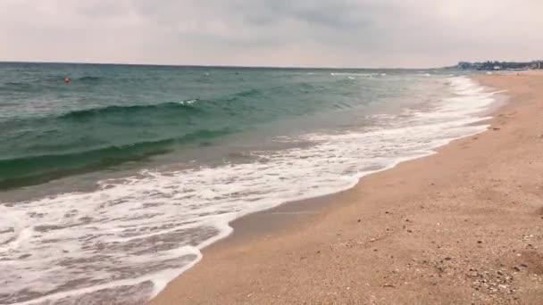 4k video zblízka pohled na písečné a mořské vlny drtící nebo šplouchací na břehu pobřeží nebo oceánu