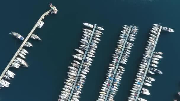 İnsansız hava aracının görüntüsü. Akdeniz 'de yat gezisi yapmak için yat limanında uçuyorum..