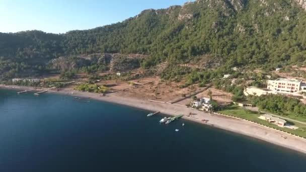 Resimli Türk Körfezi Kumlubuk. İnsansız hava aracının görüntüsü. İskeleli ve plajlı Körfez manzarası.