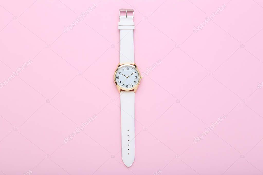 820398f1815 Relógio Pulso Elegante Fundo Rosa — Stock Photo © 5seconds  198670650