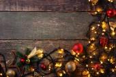 Fényképek Garland fények, karácsonyi díszek, a szürke fából készült asztal