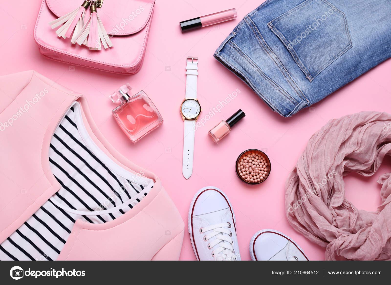 6307754ca7e5 Roupas Moda Feminina Com Acessórios Frasco Perfume Fundo Rosa — Fotografia  de Stock