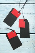Fotografia Modifiche di vendita di nero e rossa su fondo di legno grigio