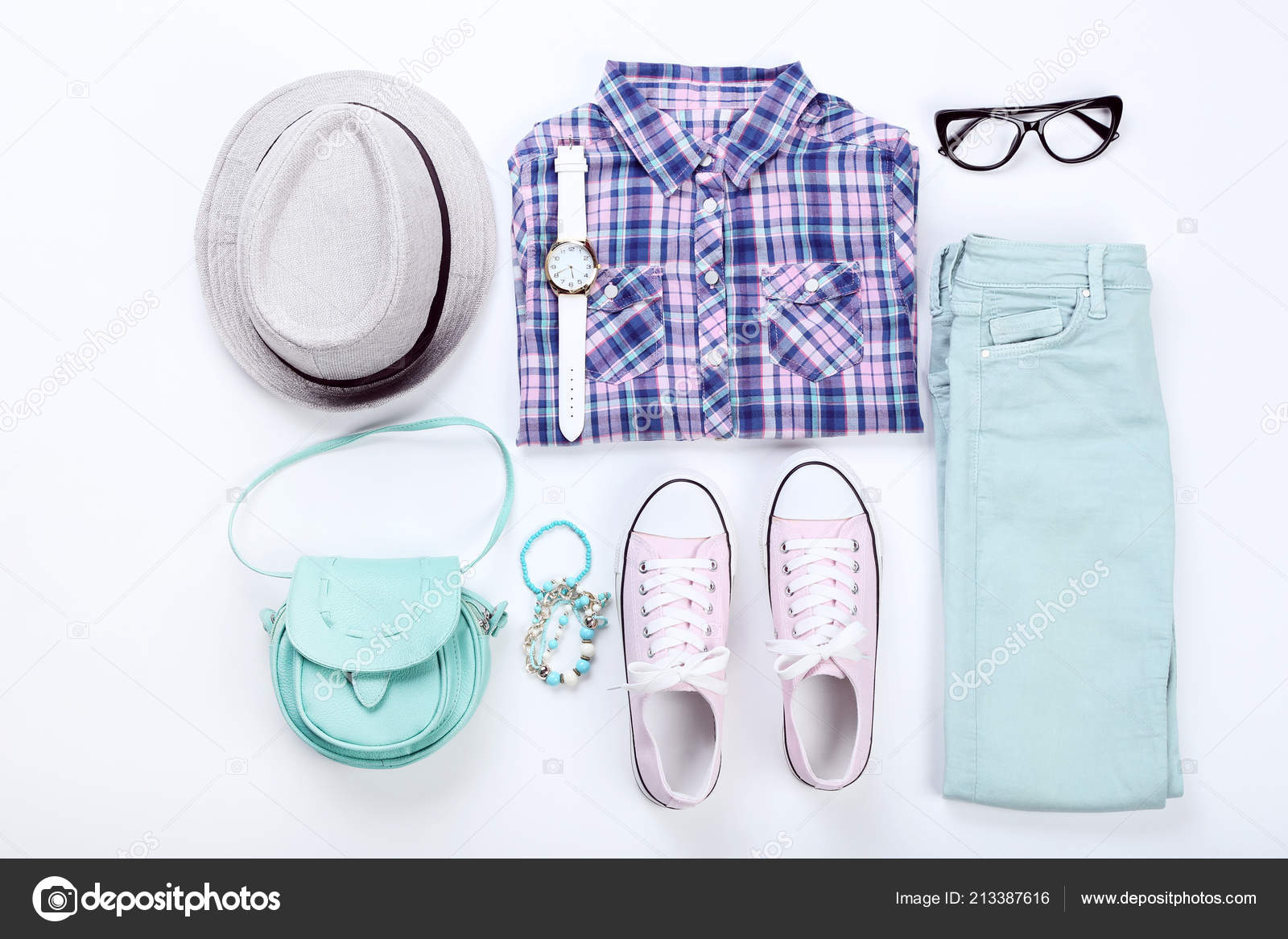 f97ab8e89cf7 Roupas Femininas Modernas Com Acessórios Fundo Branco — Fotografia de Stock