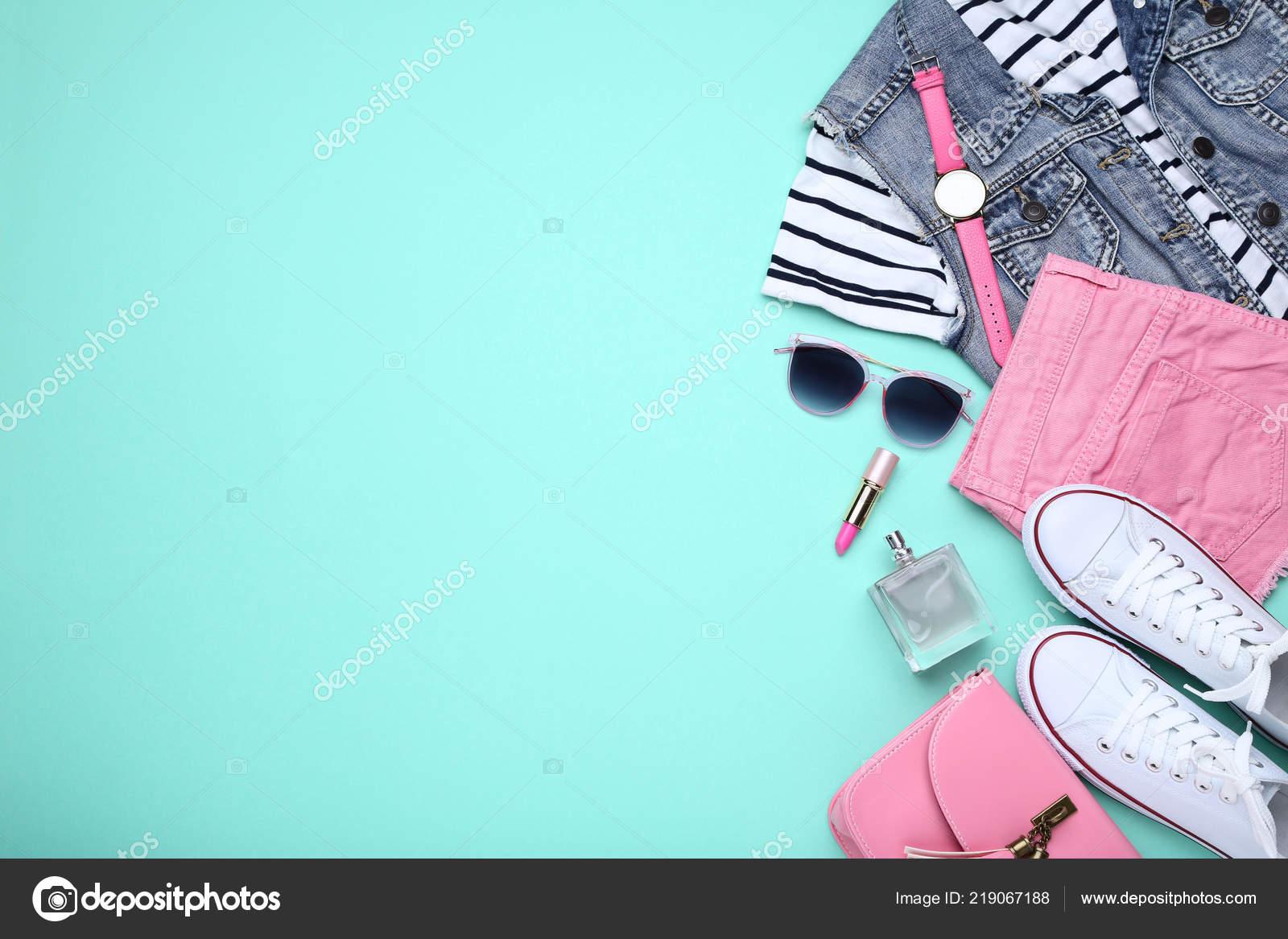 503e5ad05e3c Roupas Moda Femininas Com Acessórios Frasco Perfume Fundo Hortelã —  Fotografia de Stock