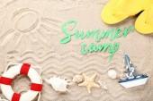 Text na papíře letní tábor s mušle a životní nábojnice na plážový písek