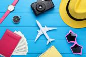 Model letadla s pasem, dolarovou bankovkou, kloboukem, brýlemi