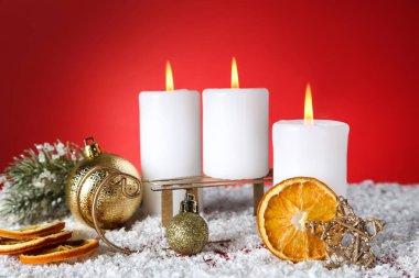 Noel mumları, takılar, kuru portakallar ve kırmızı banda kızak.