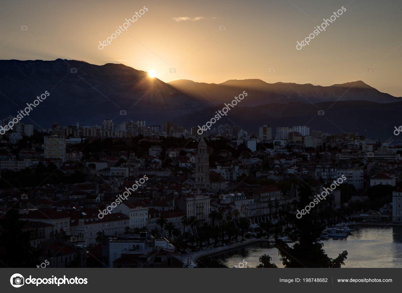 75d18d761f Vue panoramique de la vieille ville de Split et au-delà par le haut en  Croatie au lever du soleil. — Image de Tuomas_Lehtinen