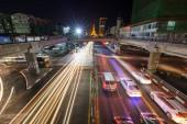 Forgalom barátait könnyű pályák és a metszéspontja az Anawrahta és a Sule Pagoda utak: Yangon (Rangoon), Mianmar (Burma) este a belvárosban. Megvilágított Sule Pagoda van a háttérben.