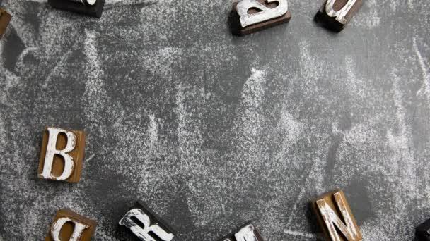BRAND. Dřevěné písmena na tabuli