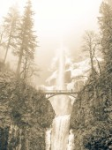 Photo Vintage tone icy Multnomah Falls in winter time. It is a waterfall on the Oregon side of the Columbia River Gorge, along the Historic Columbia River Highway. Natural and seasonal waterfall background