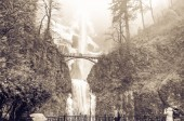 Photo Vintage tone crowded of visitor at the main lookout of the base of Multnomah Falls in winter time. A waterfall on the Oregon side of the Columbia River Gorge, along the Historic Columbia River Highway