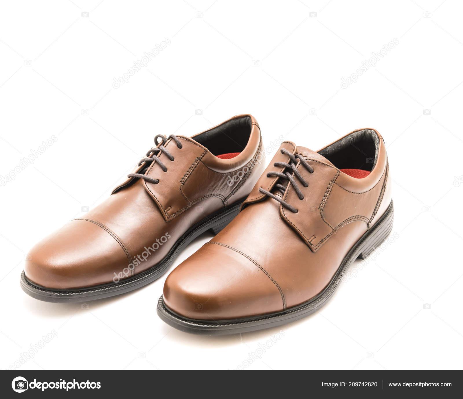 c17faca914 Estudio tiro vista superior a estrenar un conjunto brillante par de hombres  marrones vestido cap toe Oxford vestido zapatos aislados sobre fondo blanco.