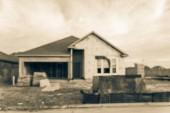 Vintage tón rozmazaný obraz nových obytných domů s připojenou garáž ve výstavbě s pískem vpředu na Humble, Texas, nám. Koncept pozadí domu stavebnictví a nemovitosti
