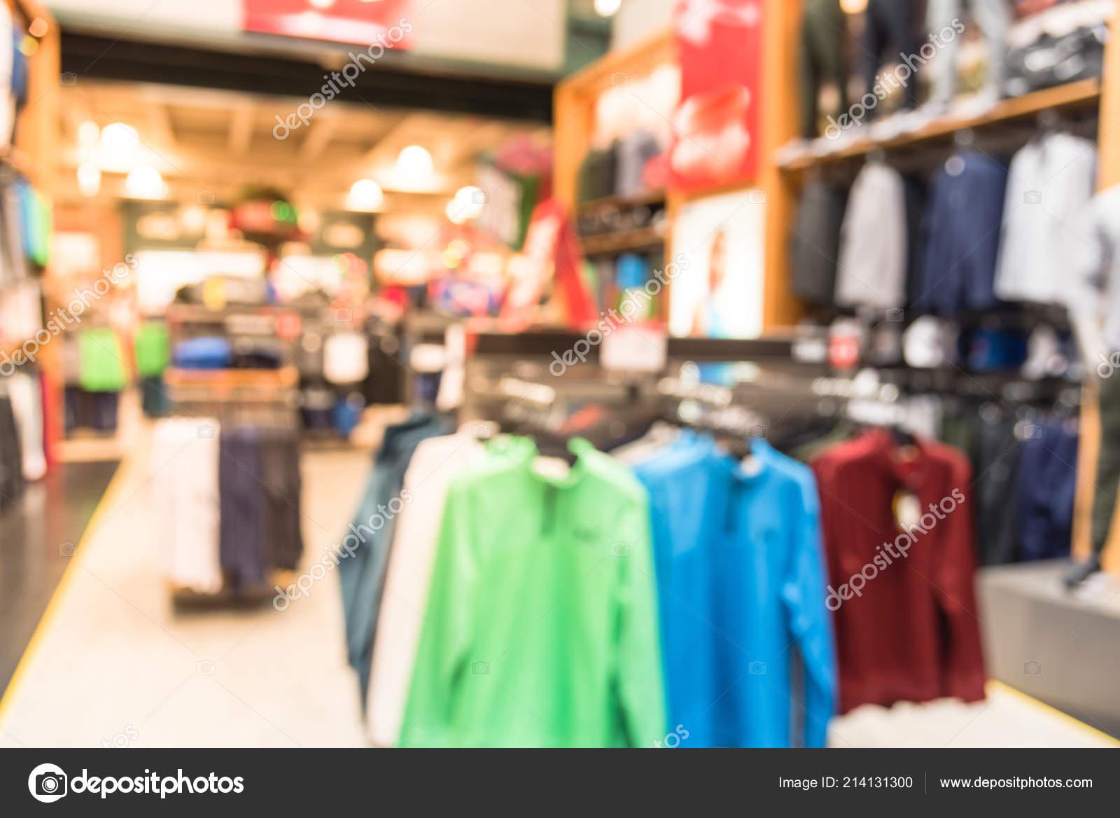 d4f85e863 Interior de imagem borrada de esportes e loja de roupas de fitness na  América. Loja de desporto com marca de moda famosos esportes mundial de  vestuário
