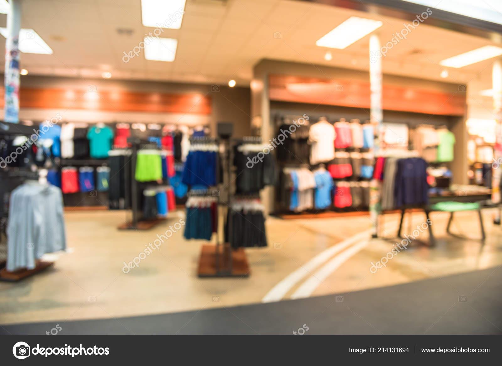 791056b85 Tom vintage turva interior imagem esportes e loja de roupas de fitness na  América. Loja de desporto com marca de moda famosos esportes no mundo do  tênis
