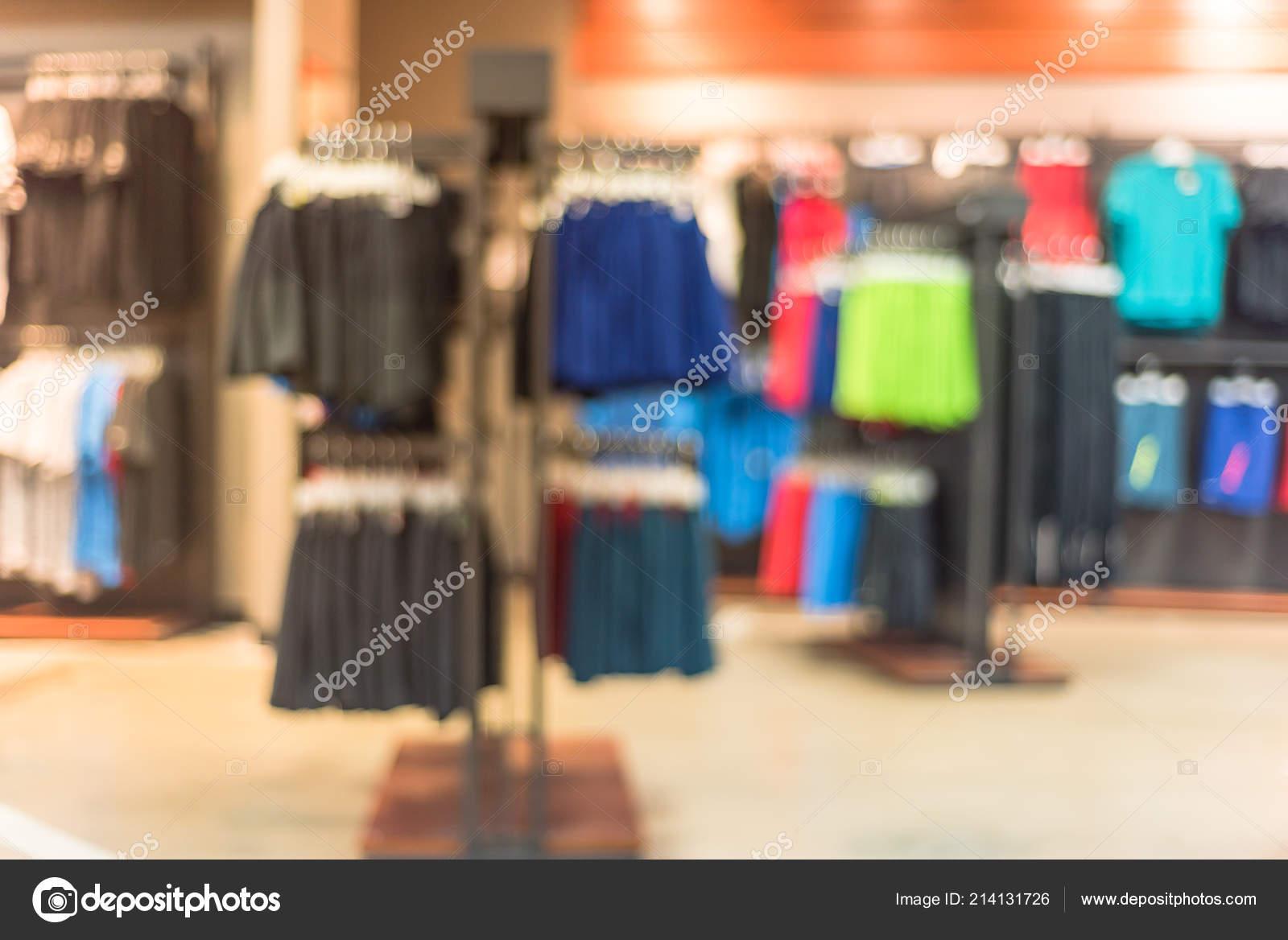 fba41e010daee Размытое изображение интерьер Спорт и фитнес одежды магазин в Америке.  Спортивный магазин с известных Спорт мода брендом в мире спортивной обуви,  ...