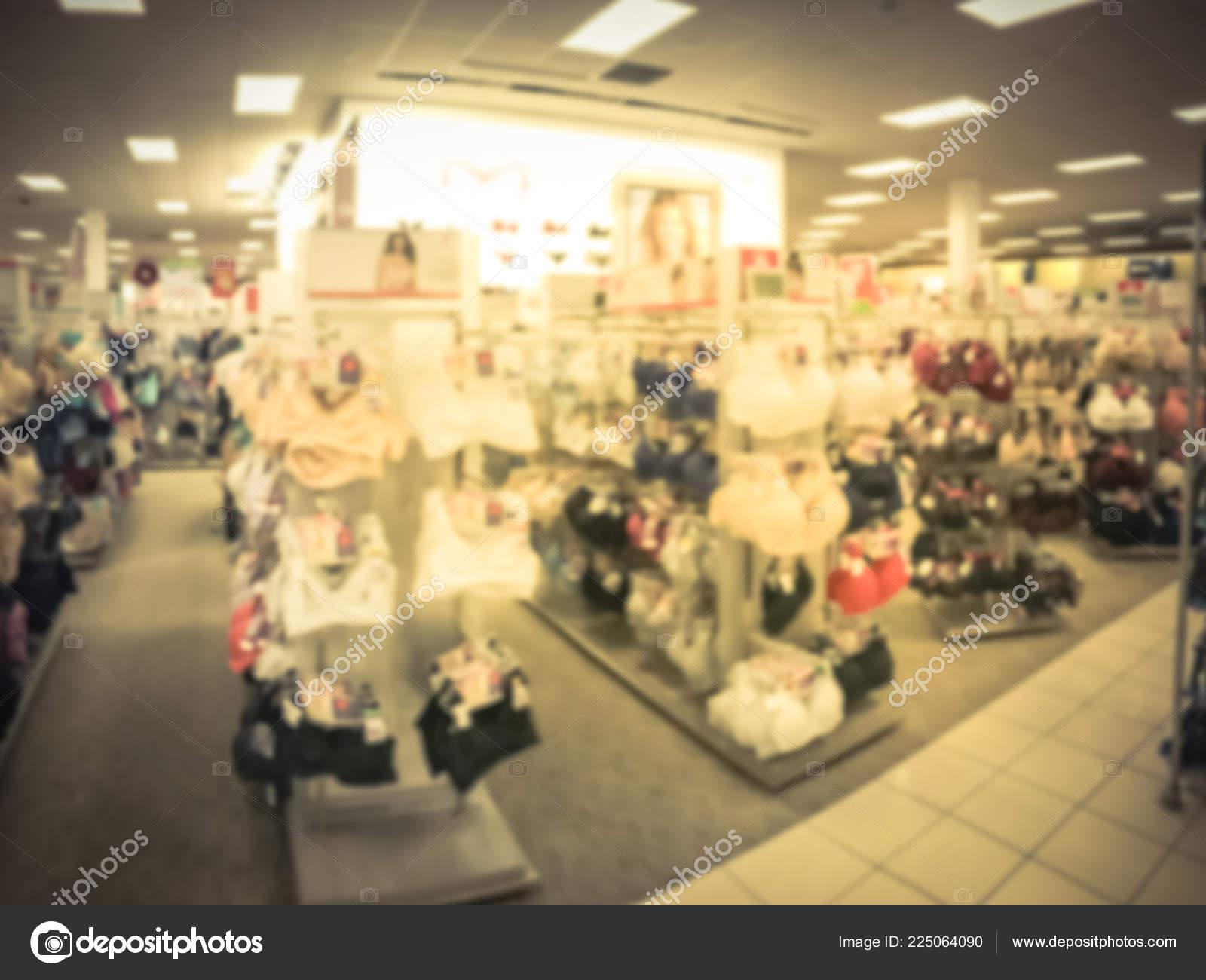 b5b86634ee Movimiento borrosa interior de colores de la mujer moderna tienda de  lencería y ropa interior en América. Bragas y sostenes en la tienda de ropa  en centro ...