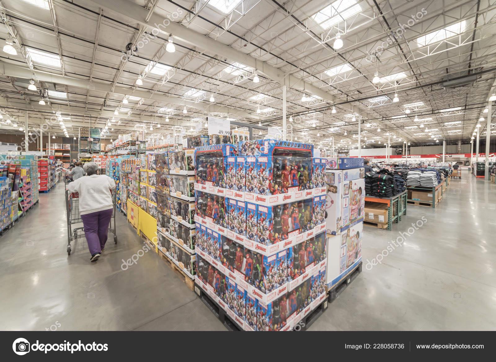e378fb465 Lewisville Nás Listopad 2018 Zákazník Nakupovat Pro Široký Výběr Hraček–  Stock Editorial Fotografie