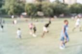 Filtrovaný obrázek rozmazaný pozadí děti běžící na travním trávníku v parku v Americe