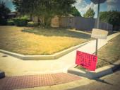Fotografie Rasen-Immobilien-Verkaufsschild mit Kopierplatz für Adresse in der Nähe von Dallas