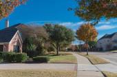 Fotografie Farbenfroher Bürgersteig in einem Vorort von Dallas, Texas, USA im Herbst