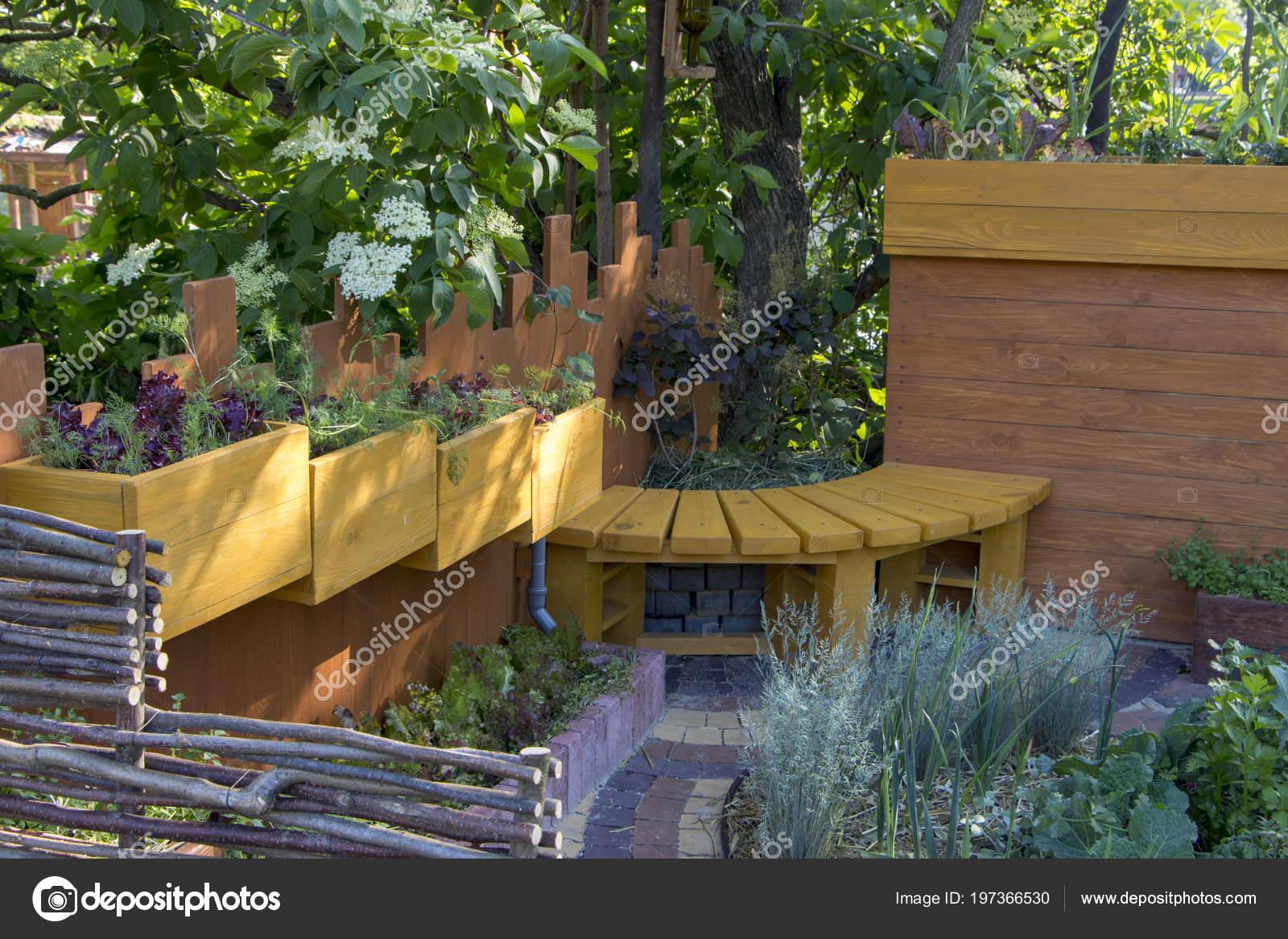 Lit Un Jardin Design Moderne. Utilisant Des Matériaux Naturels. Et La  Sélection Des Plantes Pour La Compatibilitéu2013 Images De Stock Libres De  Droits