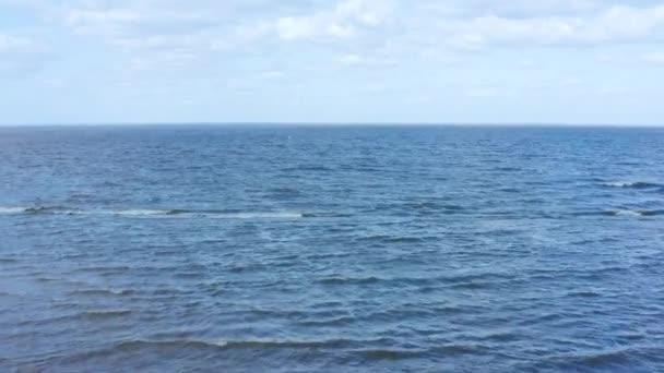 Let dronem nad Kyjevským mořem za jasného slunečného počasí. Rozlišení 4k.
